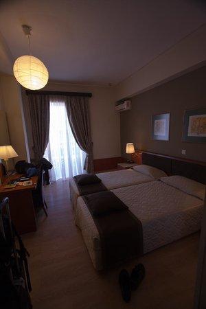 Acropolis Select Hotel : Номер с икеевской лампой