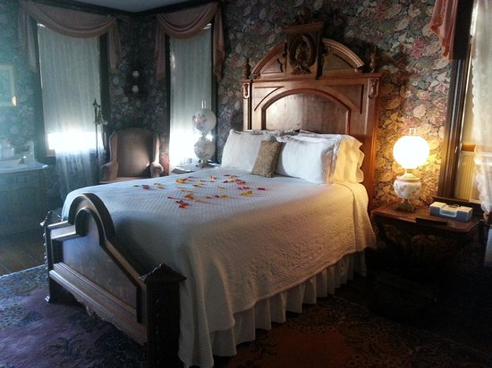 John Wesley Inn: Romantic Rose Petals