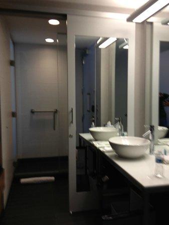 Aloft Asheville Downtown: Vanity bathroom area