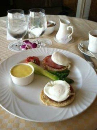 Four Seasons Hotel Houston: Eggs Benedict room service