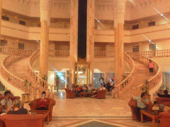 Amir Palace: холл отеля