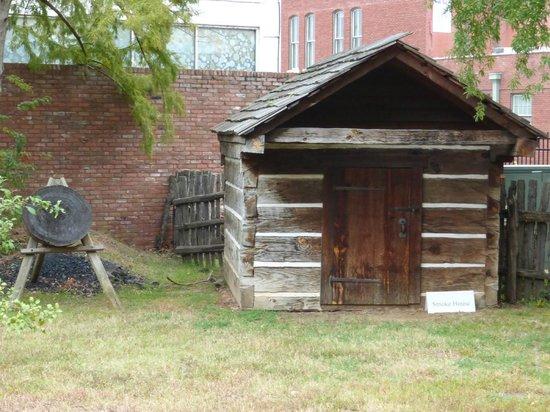 Historic Arkansas Museum: Log Cabin