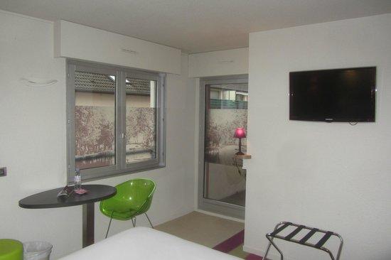 Ibis Styles Annecy Gare Centre : on voit bien la photo de tête de lit reprise sur les fenêtres