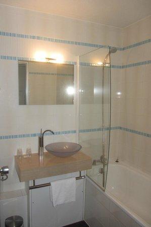 Ibis Styles Annecy Gare Centre : la salle de bain