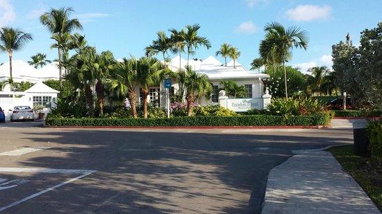 Paradise Island Beach Club: Devant de l'hôtel