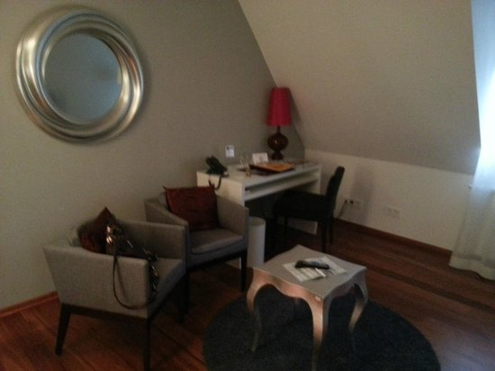 Gut Landscheid Hotel & Restaurant: Desk area and lounge