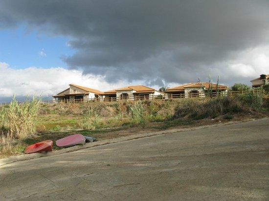 Kavos Psarou Villas: Near the local beach