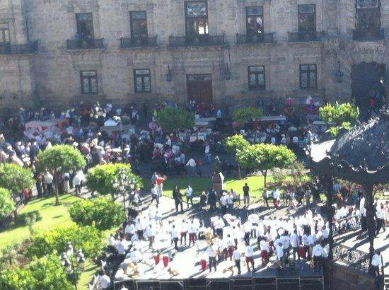 One Guadalajara Centro Històrico : Uno de tantos eventos en plaza de armas desde mi balcon!