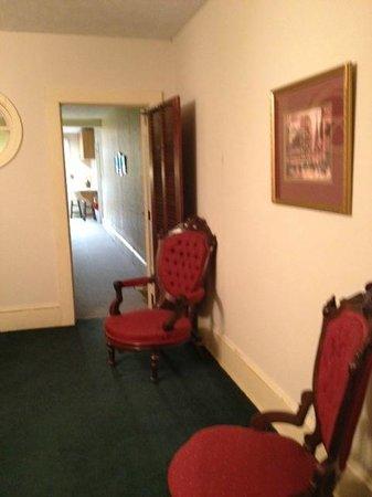 The Charleston Inn: Hall outside our room