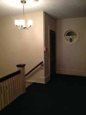 The Charleston Inn: Top of Stairs