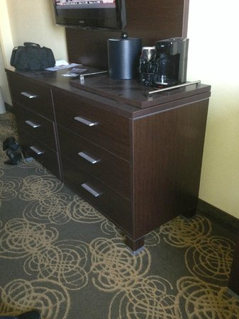 Holiday Inn Sioux Falls - City Center: Dust on dresser