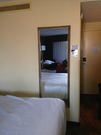 Holiday Inn Sioux Falls - City Center: Odd placed mirror