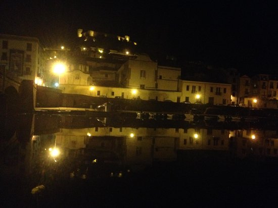 Hotel Palazzo Sa Pischedda Bosa: Night-time view across the river by the old bridge near the hotel.