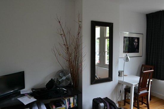 Velvet Amsterdam Bed and Breakfast : Canal Room 1