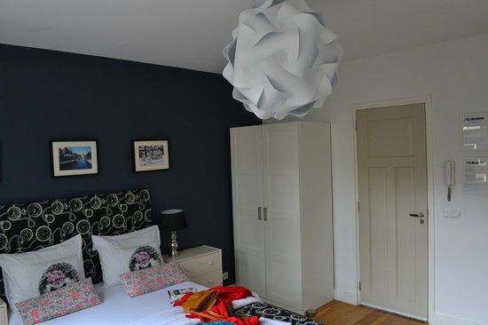 Velvet Amsterdam Bed and Breakfast : Canal Room 2