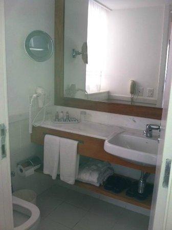 Porto Bay Rio Internacional Hotel : bathroom with make up mirror