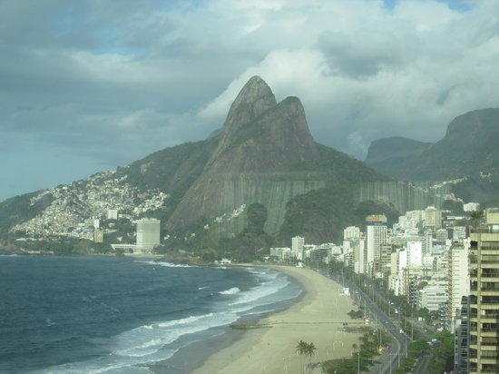 Caesar Park Rio de Janeiro Ipanema Managed by Sofitel : View along the beach from the hotel restaurant