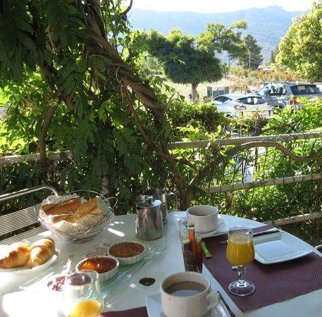 L'Acqua Viva Hotel: Eating breakfast on front veranda of hotel
