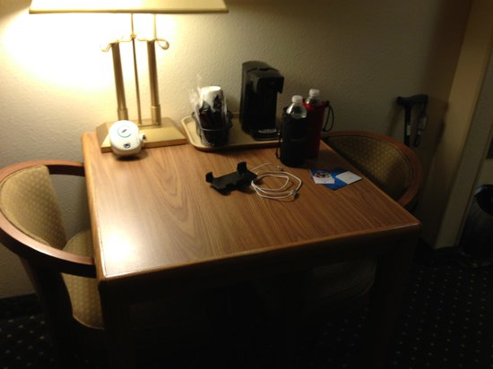 Comfort Suites: The desk area
