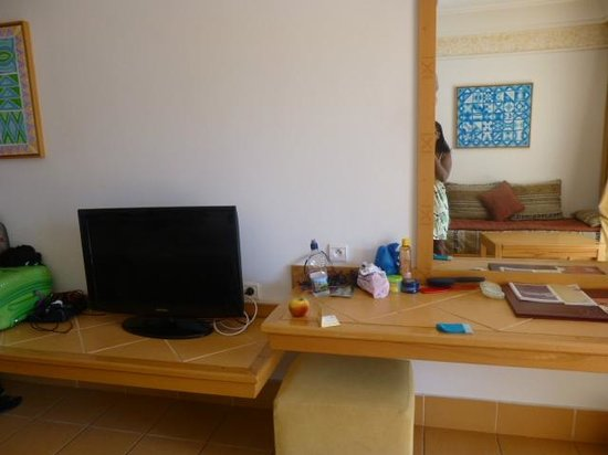 Hotel Timoulay & Spa Agadir : Tv and table with big mirror