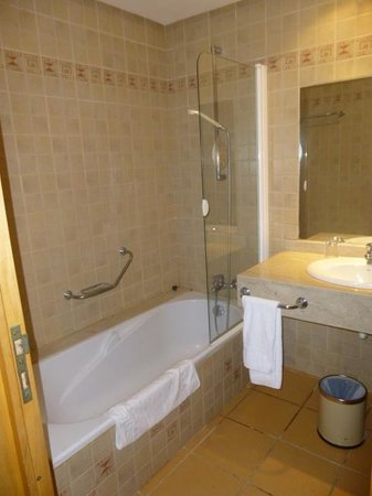 Hotel Timoulay & Spa Agadir : Bathtub with overhead shower-GREAT water pressure