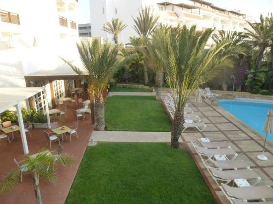 Hotel Timoulay & Spa Agadir : Outside dining area and sunbeds by the pool