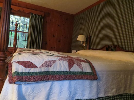 The 1896 House Country Inn - Brookside & Pondside : Enormous King Bed