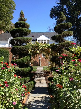 Museum of the Shenandoah Valley : Garden topiary behind Glen Burnie