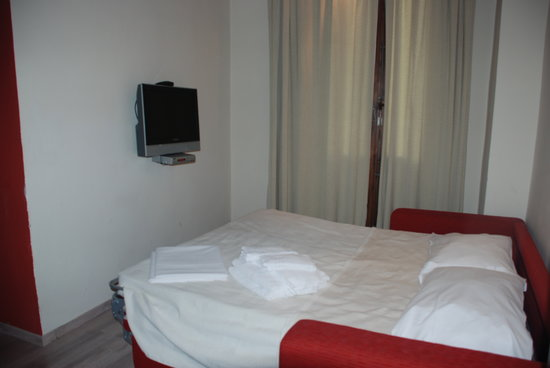 Florence Apartments Central: Double size sofa bed in the living area with a TV