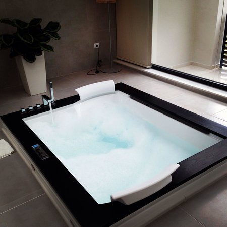 Tesoroblu Hotel & Spa: White suite jacuzzi