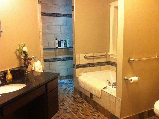 Noble House Suites: Handicap Accesable Shower