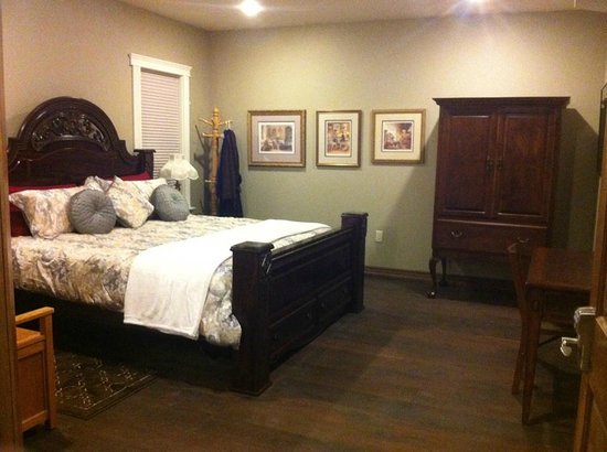 Noble House Suites: King Room
