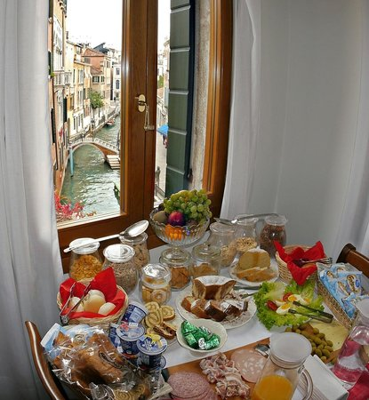 Residenza de l'Osmarin: Breakfast with a view of canal.