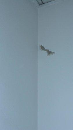 Hotel Roma : Buco nel muro del bagno