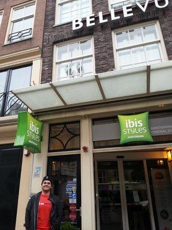 Ibis Styles Amsterdam Central Station: Vista frontal do hotel Ibis styles, antigo bellevue.