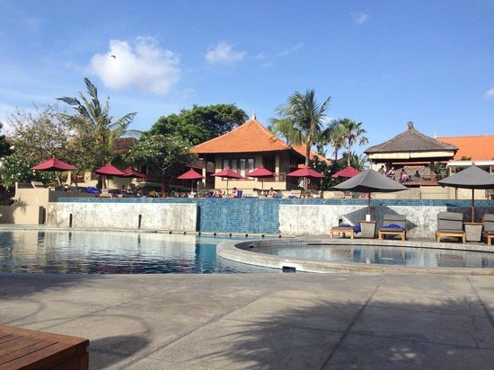 Bali Niksoma Boutique Beach Resort: View from bottom pool to the top pool