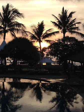 Bali Niksoma Boutique Beach Resort : Sunset from the top pool