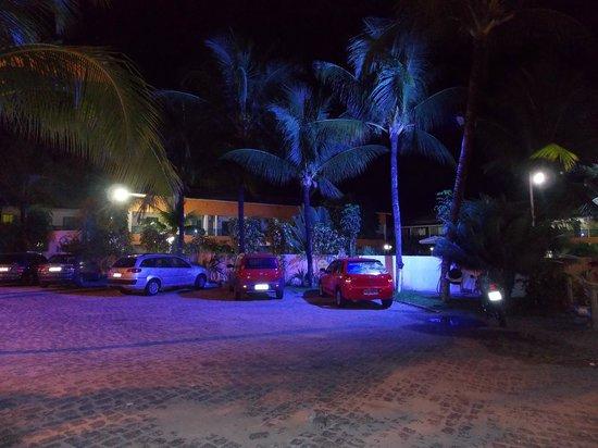 """Hotel Beach Hills : Foto noturna do """"estacionamento"""""""