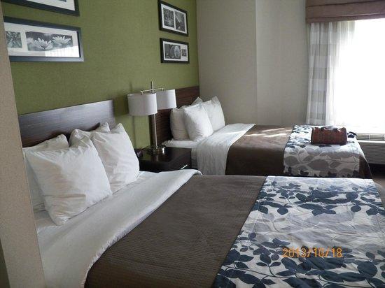 Sleep Inn Manchester Airport: 2 Queen beds, firm, with 4 pillows each