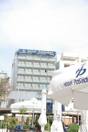 Athens Poseidon Hotel : Вид на отель с побережья