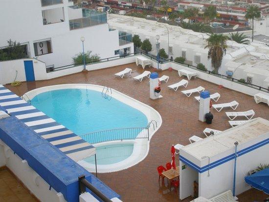 Carlota Apartments : piscina