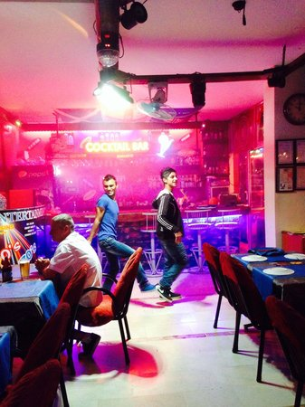 Cousins Steakhouse FUN&PUB : Great dancing :-)