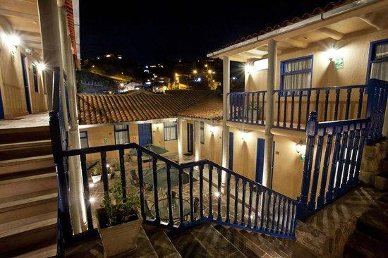 Tierra Viva Cusco Saphi: Patio at night
