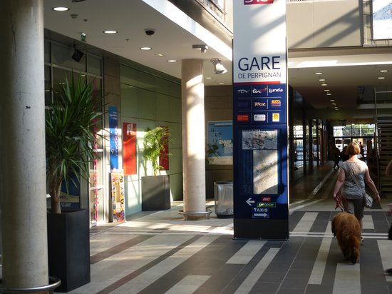Comfort Hotel Centre Del Mon: SNCF Entrance from Shopping Mall