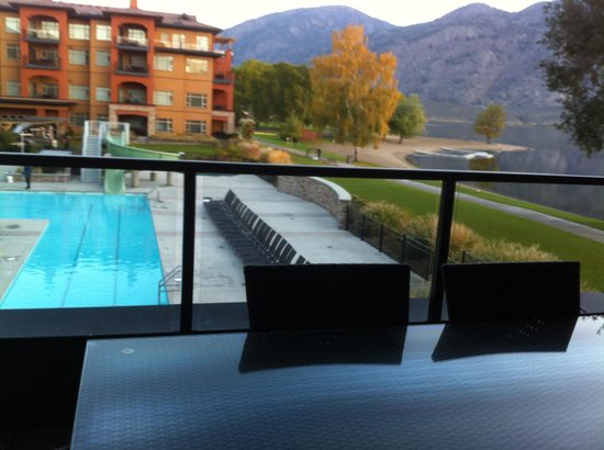 Watermark Beach Resort: overlooking swimming pool