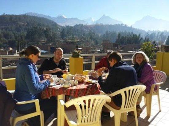 Morales Guesthouse: terrace having breakfast