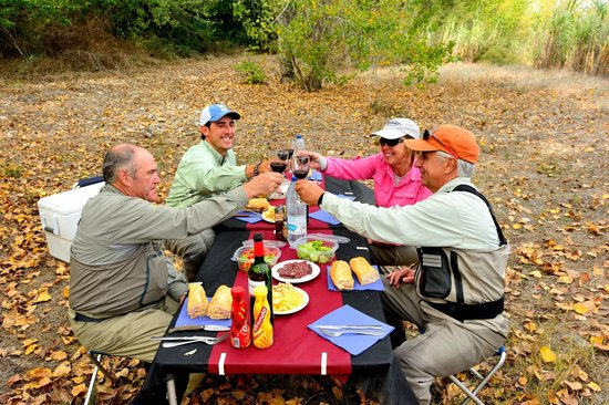 Salvelinus Fly Fishing Center: Lunch streamside at Salvelinus Fly Fishing.