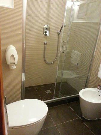 Best Western Globus Hotel: Shower