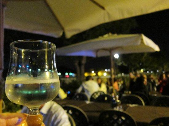 Pizzeria Vesuvio: Mesas ao ar livre ao lado do rio