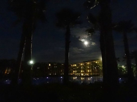 Salgados Dunas Suites: Hotel at night